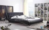 Кровать самомоднейших меблировк гостиницы роскошная кожаный деревянная