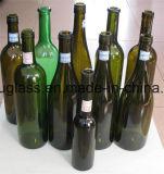 旧式な緑かこはく色のボルドーのガラス赤ワインのびん