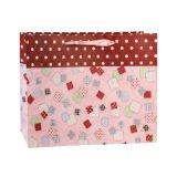 Красный способ обувает мешки подарка орнамента игрушки одежды бумажные