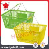 A mão plástica carreg a cesta do supermercado da compra