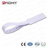 F08チップが付いているRFID PVCブレスレットをカスタム設計しなさい