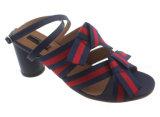 El bloque ocasional sólido de la punta del pío de las sandalias de las mujeres se inclina los zapatos