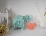 La dimensión de una variable del elefante mira al trasluz las velas animales de la dimensión de una variable