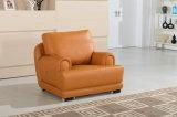 O sofá moderno da sala de visitas ajustou-se com mesa de centro