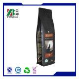 Fond plat en plastique noir mat de sacs de café avec valve