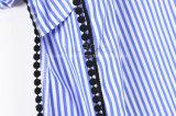 Camicia lunga barrata blu e bianca del manicotto dei lati destri e sinistri con il bordo del merletto