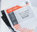 Anuncios publicitarios polivinílicos blancos que envían sobres del envío del bolso
