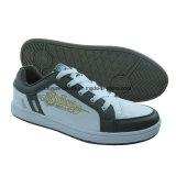 新しい人および女性のジョガー、偶然靴、スケートボードの靴、屋外の靴