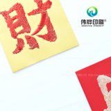 Impresión en papel rojo que contenía el dinero como un regalo