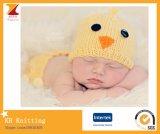 小さい赤ん坊のひよこの愛らしい帽子
