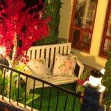 家具およびアクセサリが付いている大きい人形の家