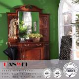 Brown de madeira compo a tabela de limpeza da vaidade com o espelho