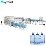 Une grande bouteille bouteille volets l'eau pure plafonnement de la machine de remplissage