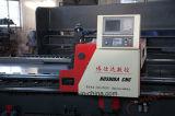 Entalhando o metal da máquina que dá forma à maquinaria de fabricação