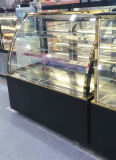 Showcase baixo de mármore preto do indicador do bolo na loja da padaria
