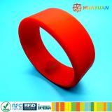 FM08 1k RFID NFCのケイ素のリストバンドを浮彫りにするロゴ