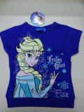 동결된 패턴에 있는 소매 t-셔츠가 소녀에 의하여 누전한다