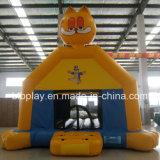 屋外か屋内使用のための膨脹可能で黄色い猫の城