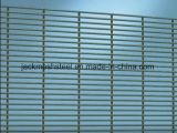 電流を通されたPVC上塗を施してある網パネルの塀の庭の塀