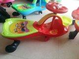 As crianças de plástico populares baratos carros de torção