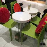 現代石造りの小さい円形のレストランの喫茶店表