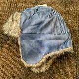 Custmizedの人工毛皮は耳の折り返しが付いている冬の帽子を切ったり及び縫う