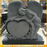 Sculpted 장미를 가진 손에 의하여 새겨지는 까만 화강암 천사
