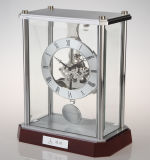 Relógio de mesa de madeira de mogno com acabamento em mola com pendulum
