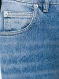 女性のデニムの青い綿によって収穫されるボーイフレンドのジーンズ