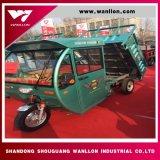 Motociclo di Trike dell'azienda agricola con il deposito idraulico del tetto