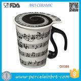 Le note musicali tiene la tazza di ceramica del latte del caffè di canzone del piano