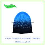 新しく青いしまのある冬の帽子のニットの帽子