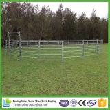 緑色の塗られた使用された馬の塀のパネル