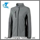 屋外の女性の方法Softshellのジャケット