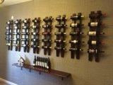 Cremalheira de madeira fixada na parede do vinho do vintage clássico elegante