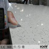 キッチンカウンターの上の純粋な白20mmの人工的な水晶平板