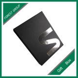 Rectángulo de regalo de lujo de la cartulina negra con insignia barnizada ULTRAVIOLETA