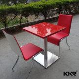 石はブースの喫茶店のレストランの表および椅子を越える