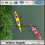 Самый популярный двойник сидит в пластичном Kayak моря с педалью