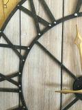 金属フレームが付いている性質の木の円形のクロック