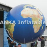 O diodo emissor de luz ilumina acima o balão de ar inflável do PVC do balão