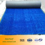 Relvado artificial da grama do futebol com fio azul da cor