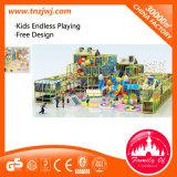 Equipamento interno do campo de jogos do parque do labirinto dos miúdos