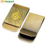 高い量のお金クリップを押す黄銅