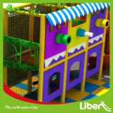 Criança colorido grande parque infantil interior