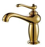 Faucet clássico do banheiro da cor dourada de mármore