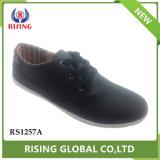 Usine de chaussures de loisirs de sport de gros des appartements confortables sur les hommes à friction