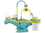 Unidade dental do miúdo da criança com a cadeira do tamborete do dentista