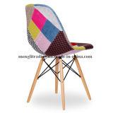赤のチューリップの側面の白い椅子は非常に現代およびシック緩和する