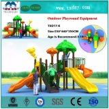 Дети играют на открытом воздухе оборудование Play для детей